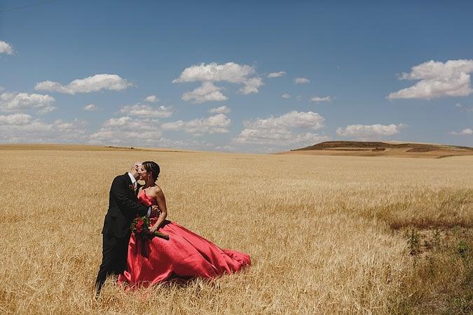 Boda en Soria, una novia de rojo en un 600
