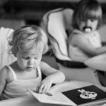 Retratos de niños – Canena leyendo con Canena al fondo